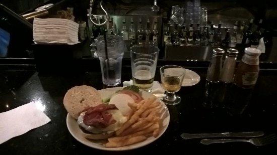 Baxter's Saloon & Grill: Hamburger servido no bar