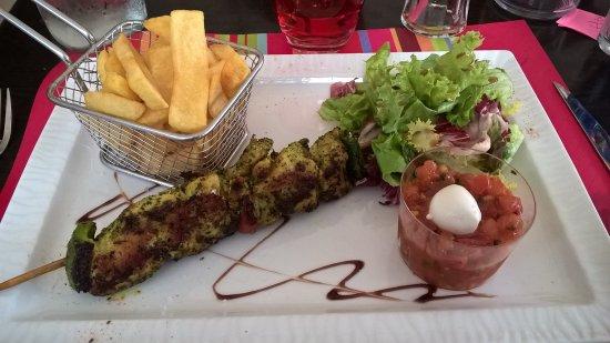 Ornans, Francia: Brochettes de Poulet/Frite/Tartare de Tomate/Mozza