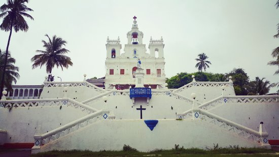 Вельсао, Индия: Beautiful White church.. clicked from the street main road during monsoon..