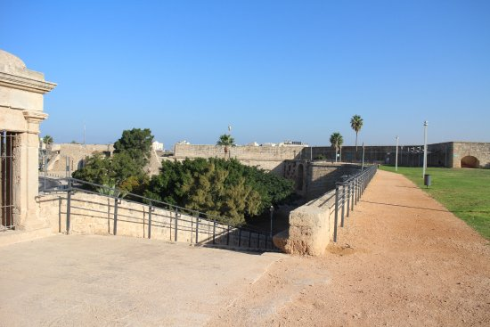 Acre, İsrail: Walk along the wall from the citadel