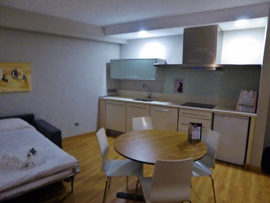 Valenciaflats Centro Ciudad : kitchen area with microwave, fridge, and stove