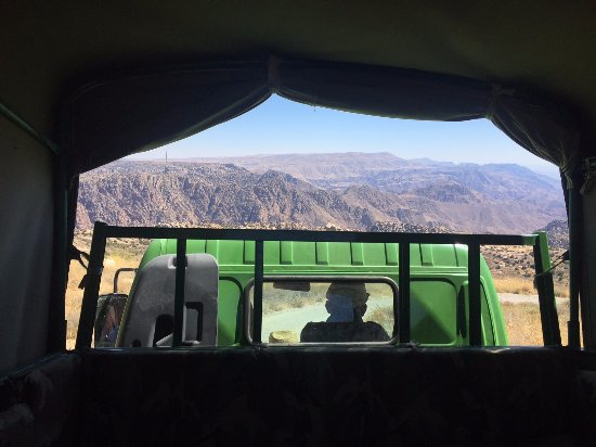 Dana, จอร์แดน: View from inside the truck going down to the camp