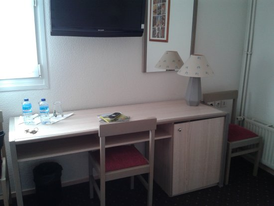 Aigue Marine Hotel: Le bureau avec les produits d'accueil.