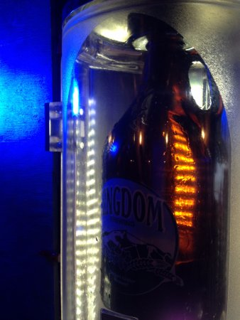 Newport Center, Βερμόντ: Growler Filling Machine Makes Perfect Pours