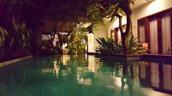 The Pavilion Hotel Kuta : The pool area at night