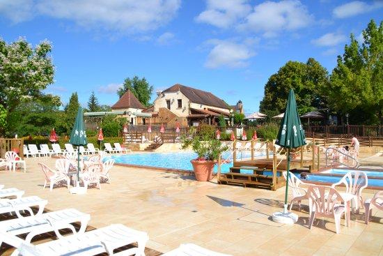 Sainte Nathalene, Fransa: La nouvelle piscine. Elle comprend deux bassins, un jacuzzi et une pataugeoire.
