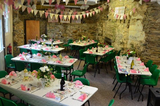 Morval, UK: Party barn ready for wedding lunch