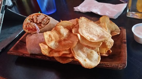 M.I.C. Canadian Eatery and Whisky Pub: Wrap and kettle chips