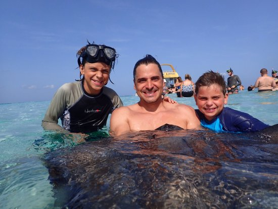 George Town, Grand Cayman : Daddy with his boys