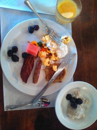 Mabel Dodge Luhan House: Amazing breakfast. I ate modestly, but this was the best breakfast of the vacation.