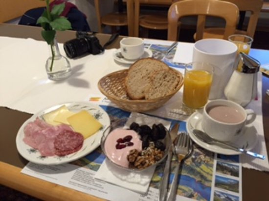 Hotel Edelweiss: hearty spread for breakfast