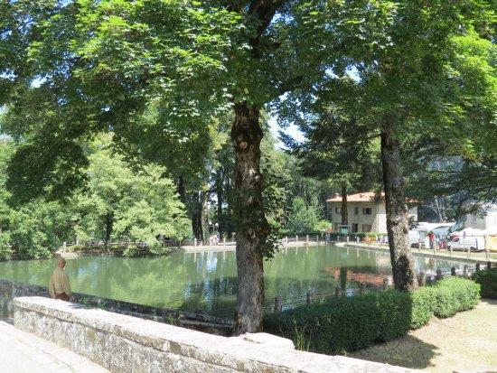 Vallombrosa, Italia: La vasca di fronte al monastero