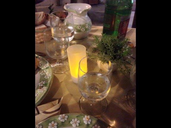 Schiazzano, إيطاليا: Une jolie table bien accueillante dans ce petit restaurant.
