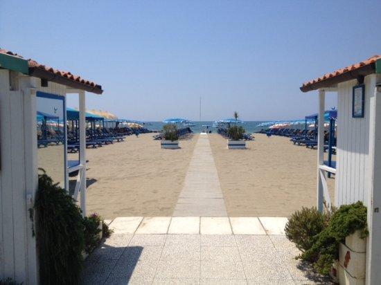 Ampia spiaggia e poi il mare blu - Picture of Bagno Fernando Marina ...