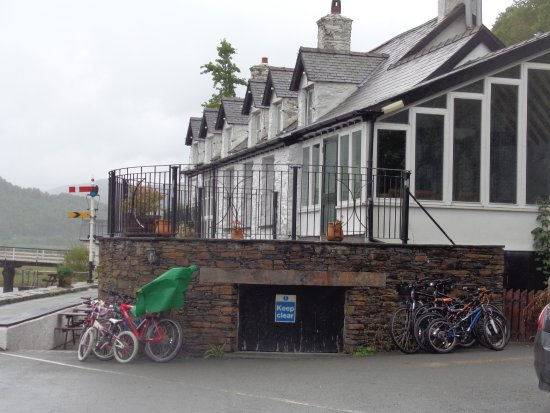 Penmaenpool, UK: Hotel & Terrace