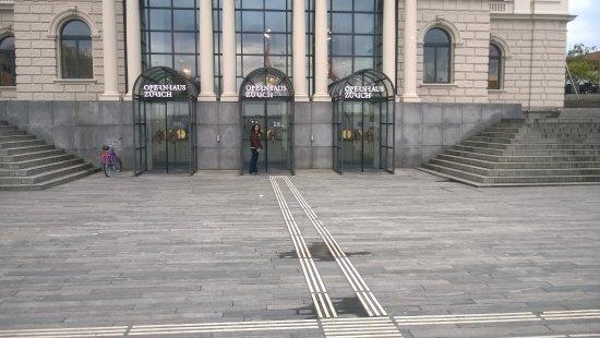 Opernhaus: Quando chegamos a bilheteria já estva fechada.