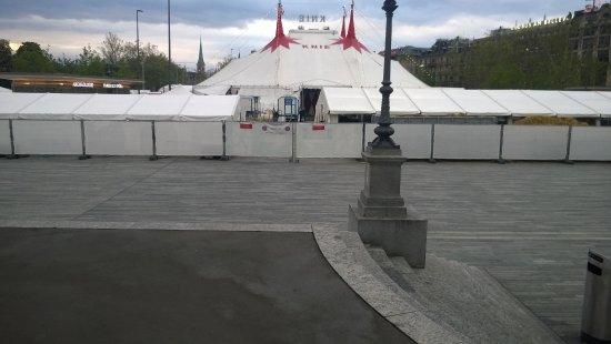 Opernhaus: E estava montado na frente para uma temporada o Circo Nacional da Suíça.