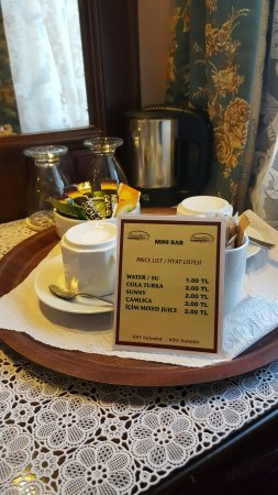 Osmanhan Hotel: 옥상전망이 좋을 것 같아 선택한 호텔 엘리베이터없고 침대는 보던 중 작으나 갖출 건 다 갖췄고 옥상은 아침에서 식사제공 언제나 올라갈수 있다  블루모스크아래 동네에 있다