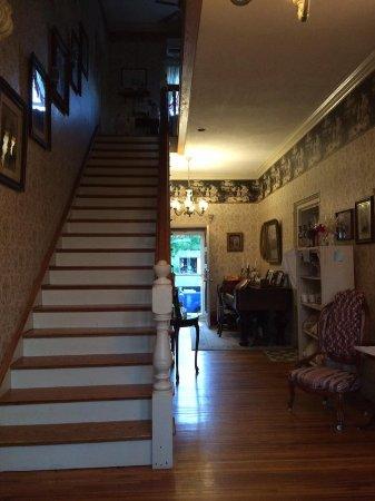 Lylewood Inn Bed & Breakfast: Downstairs hallway