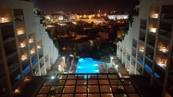 David Citadel Hotel: Nighttime view of the old city Jerusalem from the 10th floor