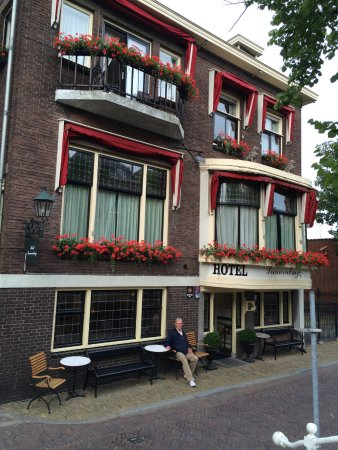 Hotel Leeuwenbrug: We could sit outside and watch the world go by.