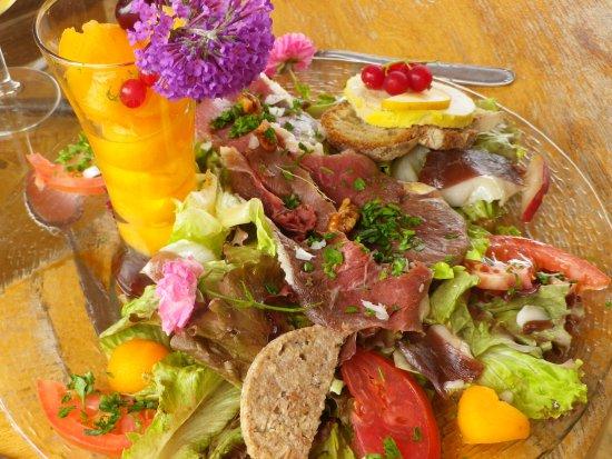 Carlux, Francia: le plat de résistance jambon de pays, melon, foie gras, rillettte d'oie, tomate, salade