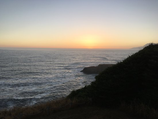 Shelter Cove, CA: Ocean view of the sun setting