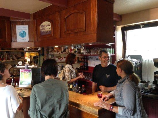 Les Champeaux, Francja: le bar et ses patrons