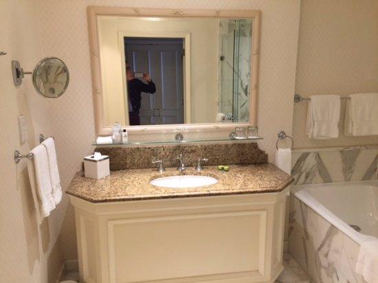 InterContinental Dublin: Huge bathroom