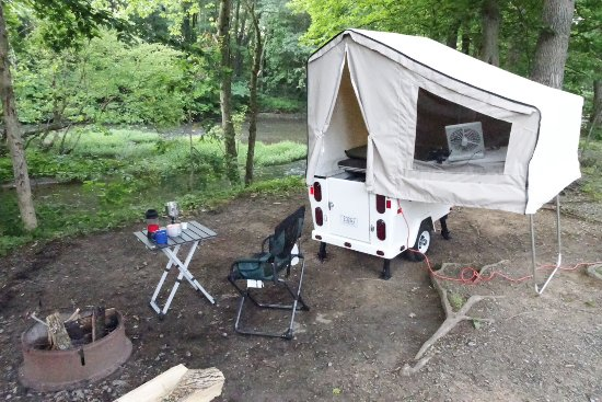 Jonestown, Pensilvanya: Mini Mate camper set up on the Creek