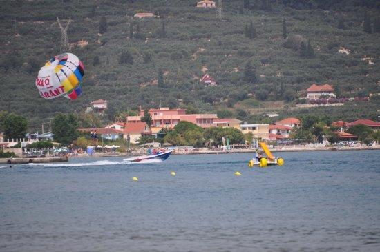 Alykanas, Greece: Na plaży dostępnych jest sporo rozrywek.