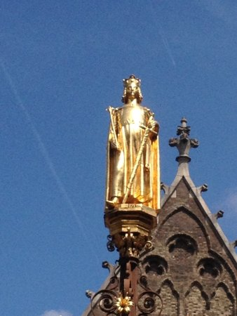 Binnenhof & Ridderzaal (Inner Court & Hall of the Knights): Королевская фигура - венец фонтана