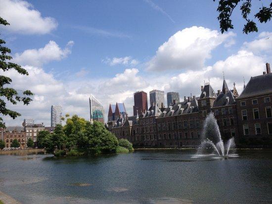 Binnenhof & Ridderzaal (Inner Court & Hall of the Knights): Вид на Биненнхоф ( справа) с озера, из парка