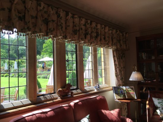 Buckland Manor Country House Hotel: Drawing room and view to back