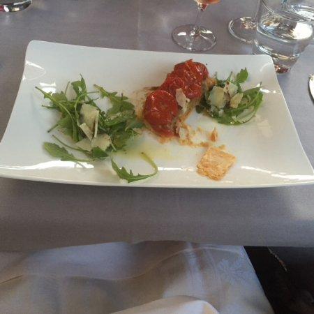Saint-Julien-en-Genevois, France: Tarte fine tomates confites, caviar d'aubergine, roquette et parmesan