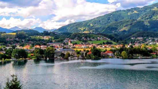 Seeboden, ออสเตรีย: Blick zum Hotel aus Südufer.