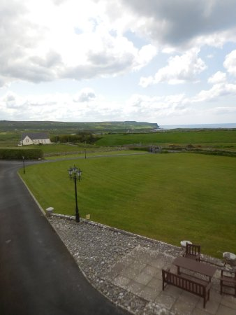 Aran View Country House: Looking out our window to the cliffs