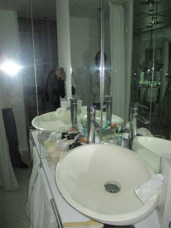 BLC Design Hotel: Espelhos que ampliam o espaço....