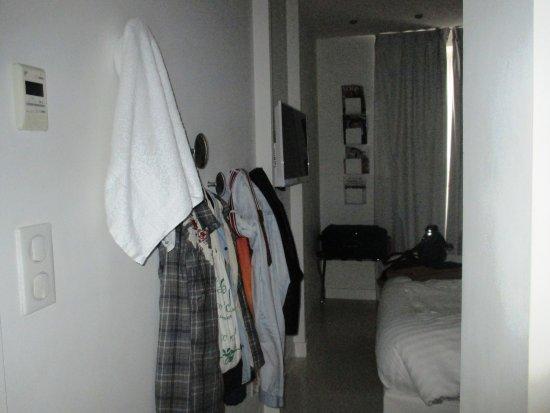 BLC Design Hotel: Sistema para pendurar roupas, na parede....