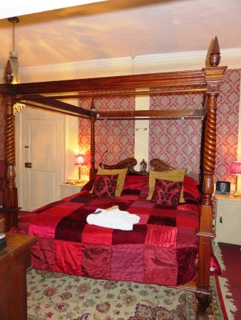 Redbrook, UK: The 4 poster bed - The Red Room at Inglewood House (04/Jul/16).