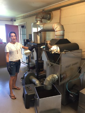 Holualoa, Hawaje: Attendent describing roasting process