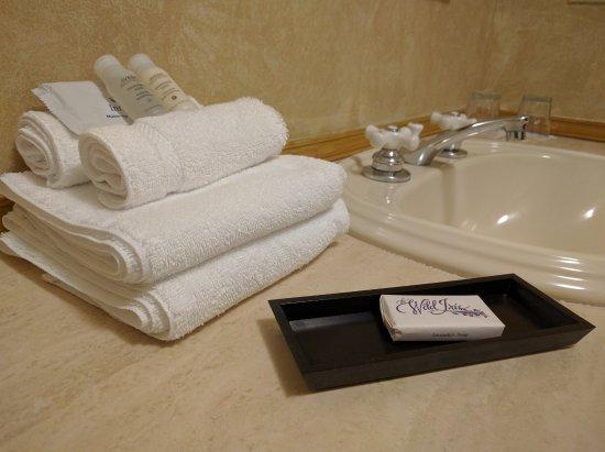 La Conner, WA: Clean, modern bathrooms