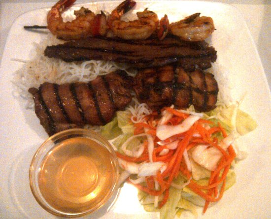 Salaberry-de-Valleyfield, Canada: grill trio = shrimp, beef, chicken over vermicelli noodle