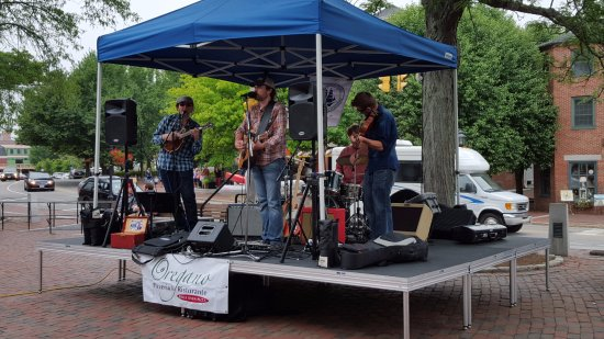 Compass Rose Inn: Live music Thursday evenings through the summer thanks to the local chamber of commerce & Oregan