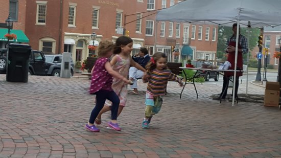 Compass Rose Inn: Young families out enjoying the music, Oreganos giving away free pizza