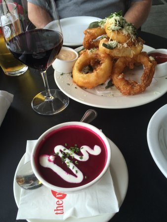 Red Grape Pizzeria: Onion rings & beet soup