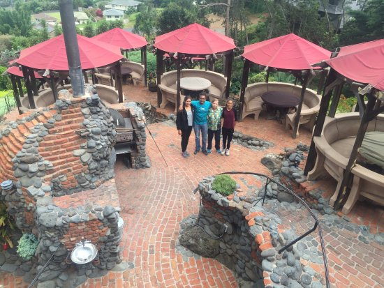 Kula Lodge: Pizza oven and terrace