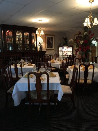 Lake Lure, NC: Dining room and the Bedrock Lounge. Live music every Friday evening !