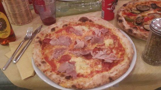 Pizzeria La Conchiglia: salamino e porchetta