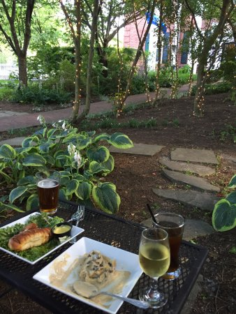 Berkeley Springs, Virginia Occidental: Appetizers in Courtyard- Drunken mushrooms & Tavern Pretzels